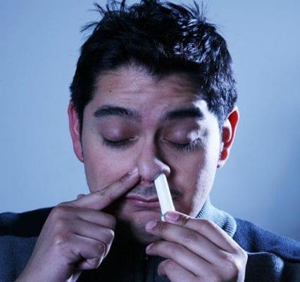 Lạm dụng ống hít mũi gây nhiều hậu quả khôn lường