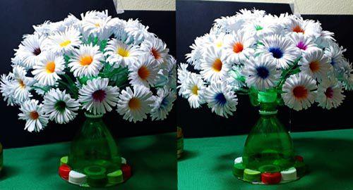 Làm cả một bình hoa nhiều màu sắc chỉ từ chai nhựa bỏ đi